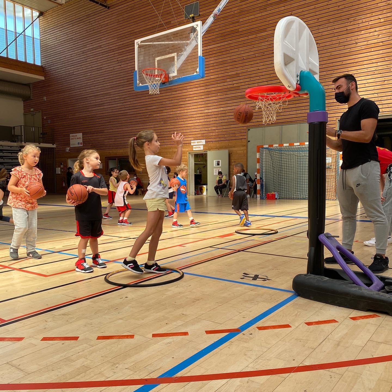 Mini-basket (enfant qui joue au basket)